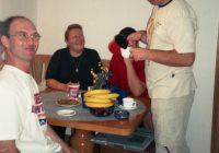 Slavek domačin časti goste  kavom i sokom