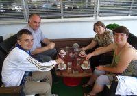Članovi kluba na kavi u hotelu Turist