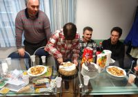 Sanja reže tortu